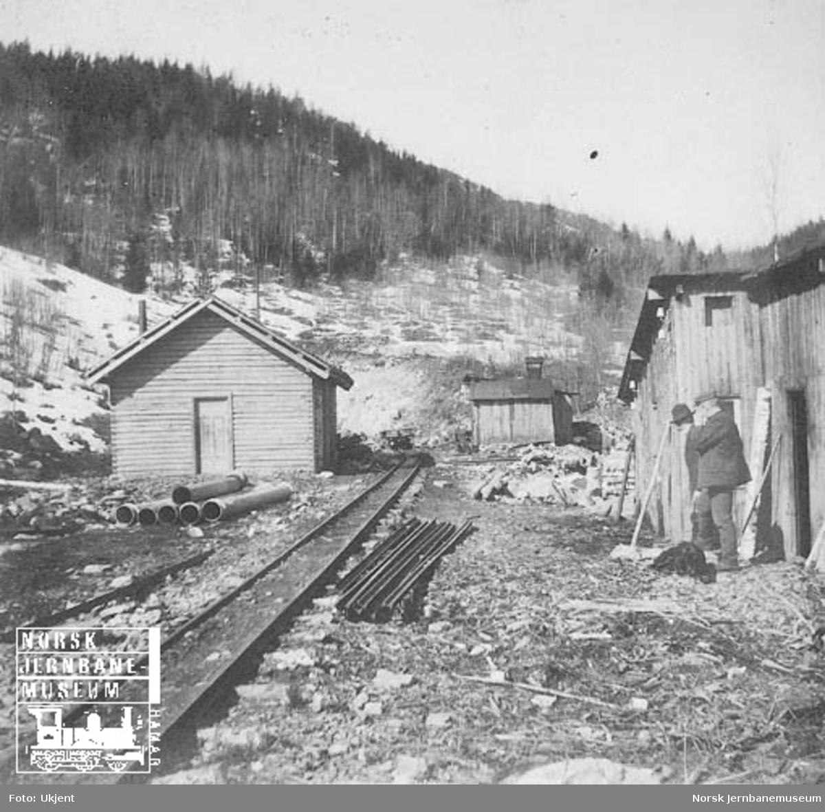 Anlegget av Haverstingtunnelen : brakker og sporet mot tunnelåpningen