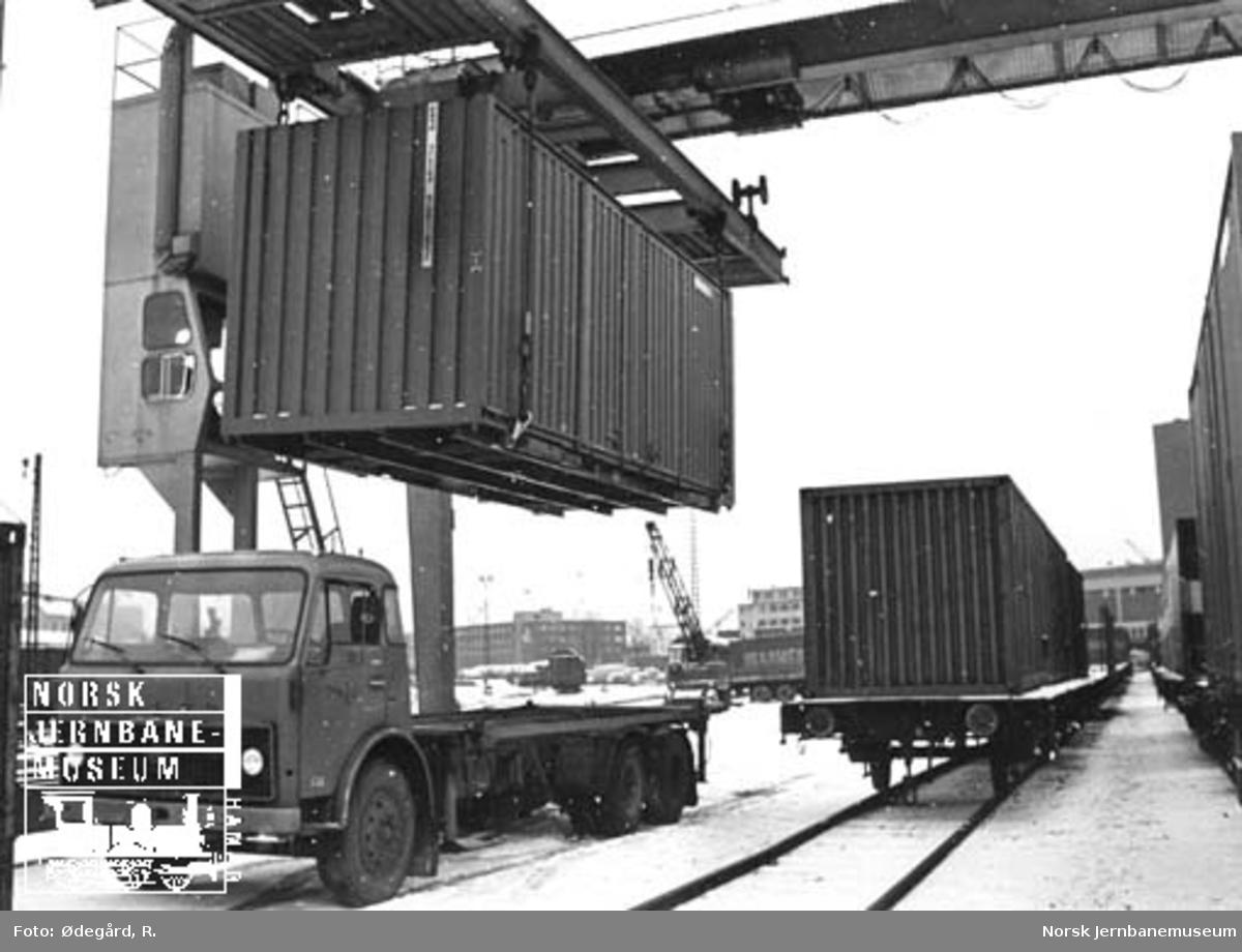 Løfting av container med møbler til IKEA til lastebil med containerkran, trolig på Filipstad