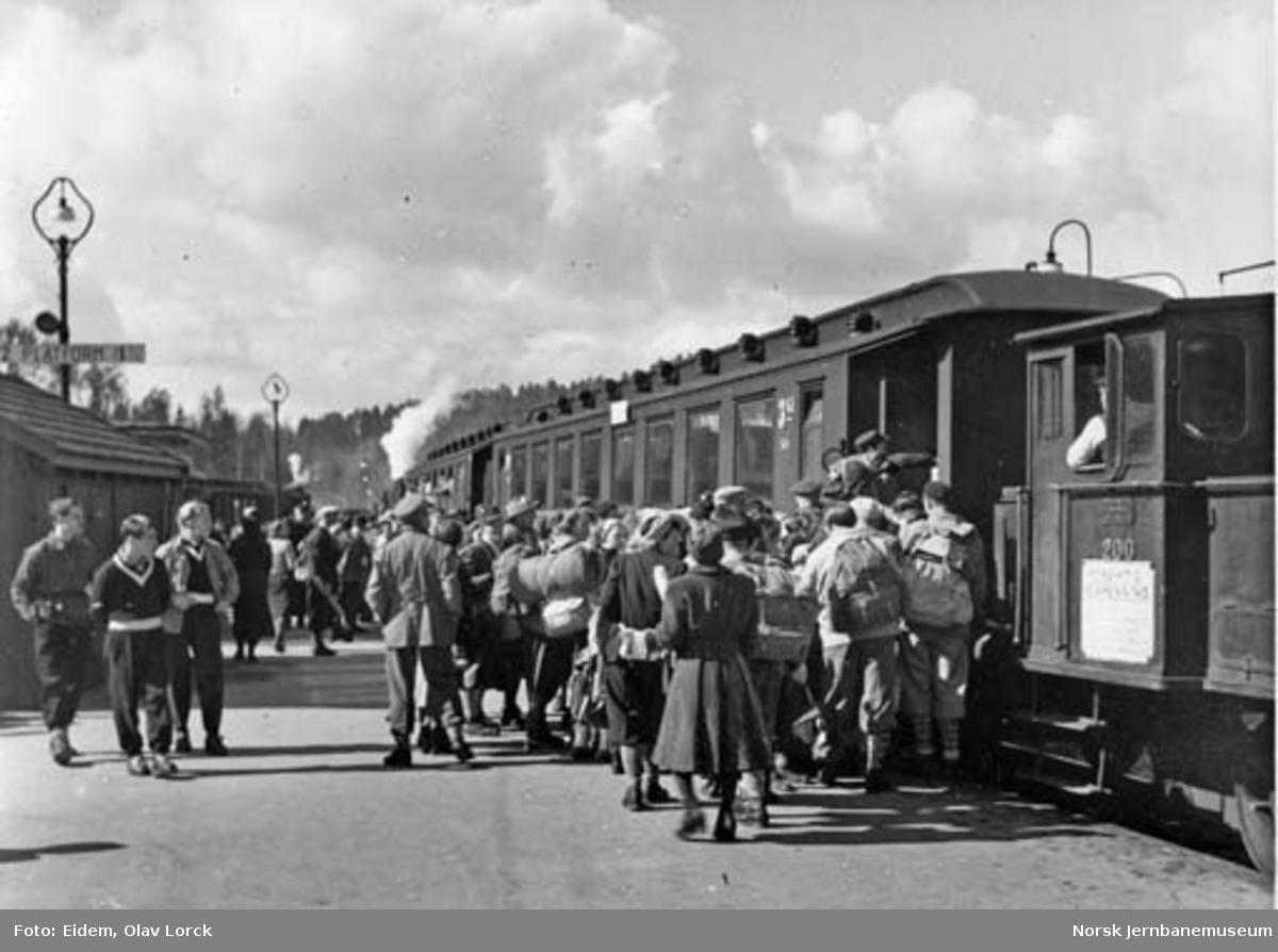 Påsketrafikk 1949 : Reisende på Hønefoss stasjon