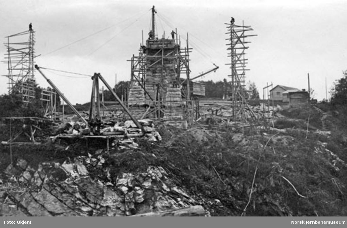 Grana bru : murverket nærmer seg fullføring; sett mot sør