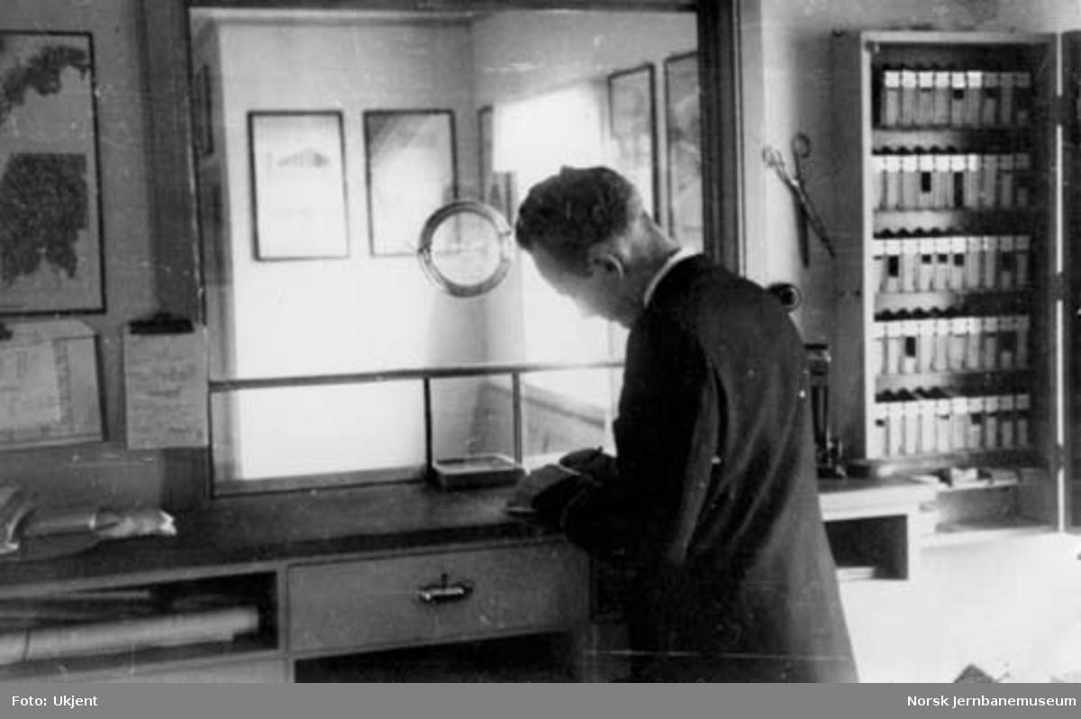 Namsos stasjon : telegrafist Øyvind Hanshus i billettsalget