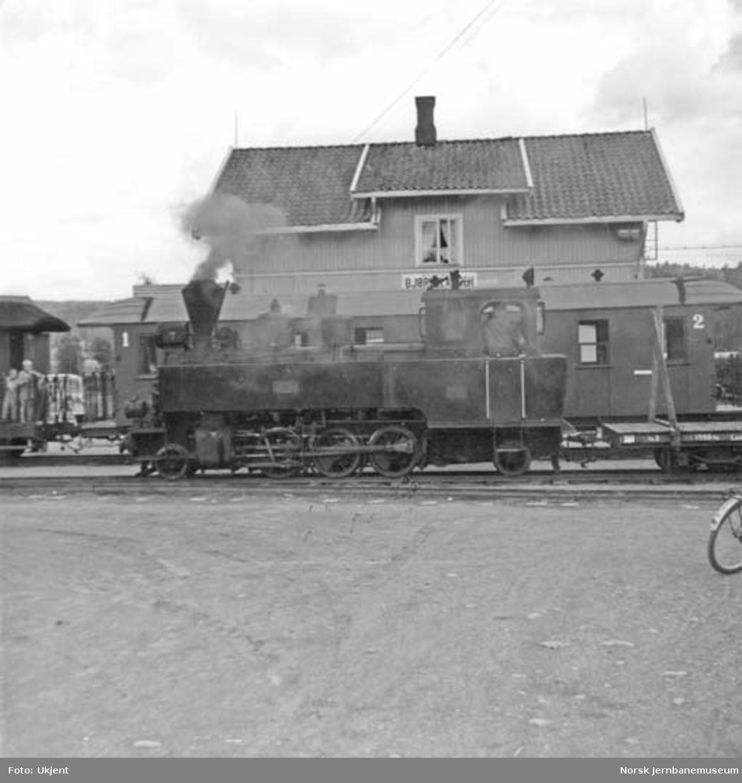 """Aurskog-Hølandbanens damplokomotiv nr. 7 """"Prydz"""" på Bjørkelangen stasjon"""
