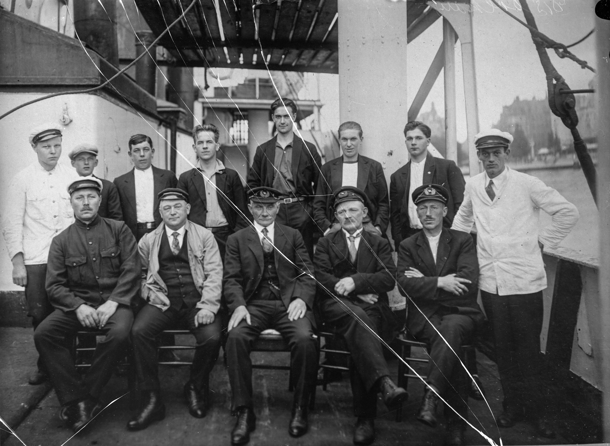 """Mannskapet ombord på S/S """"Solhaug""""."""