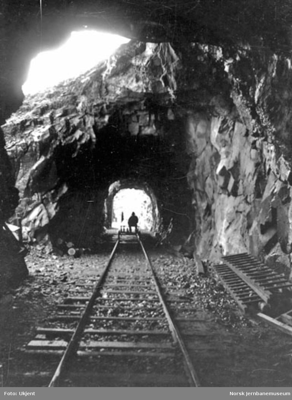 Mann på dresin ved Bratlandstunnelen