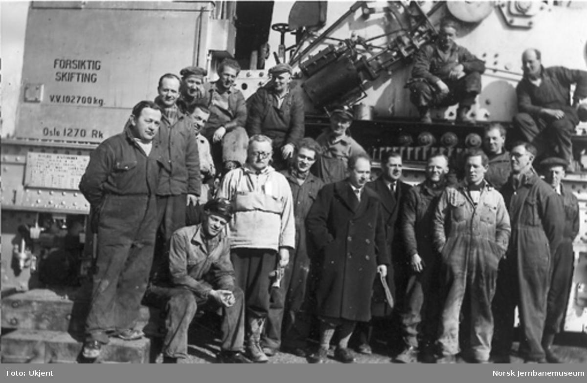 Nytt museum på Martodden : Arbeidsgjengen som stod for flyttingen av materiellet, fotografert foran NSBs dampdrevne katastrofekran