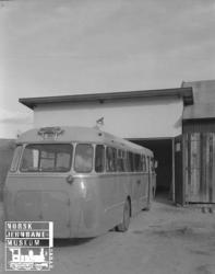 Lågendalsruten : buss Z-1807 foran garasjen på Svarstad