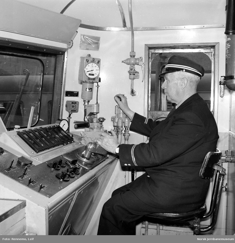 Lokfører på elektrisk lokomotiv El 13