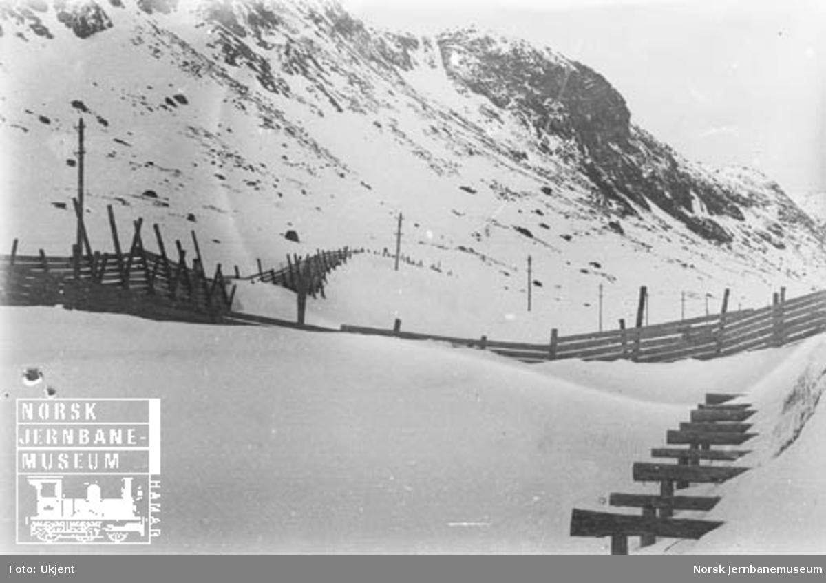 Vinterbilder av snøskjermer på Bergensbanens høyfjellsstrekning