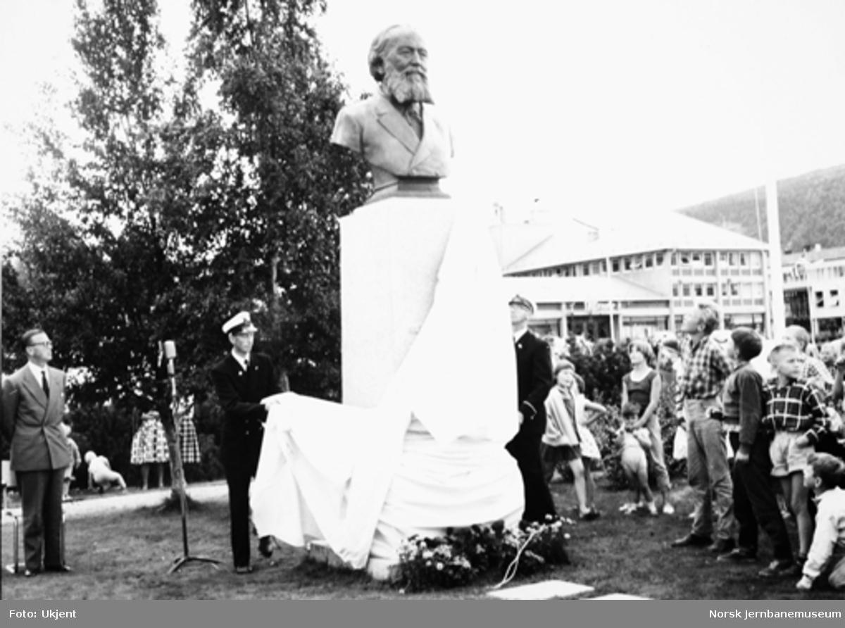 Statuen over Ole Tobias Olsen ved avdukingen i Mo i Rana