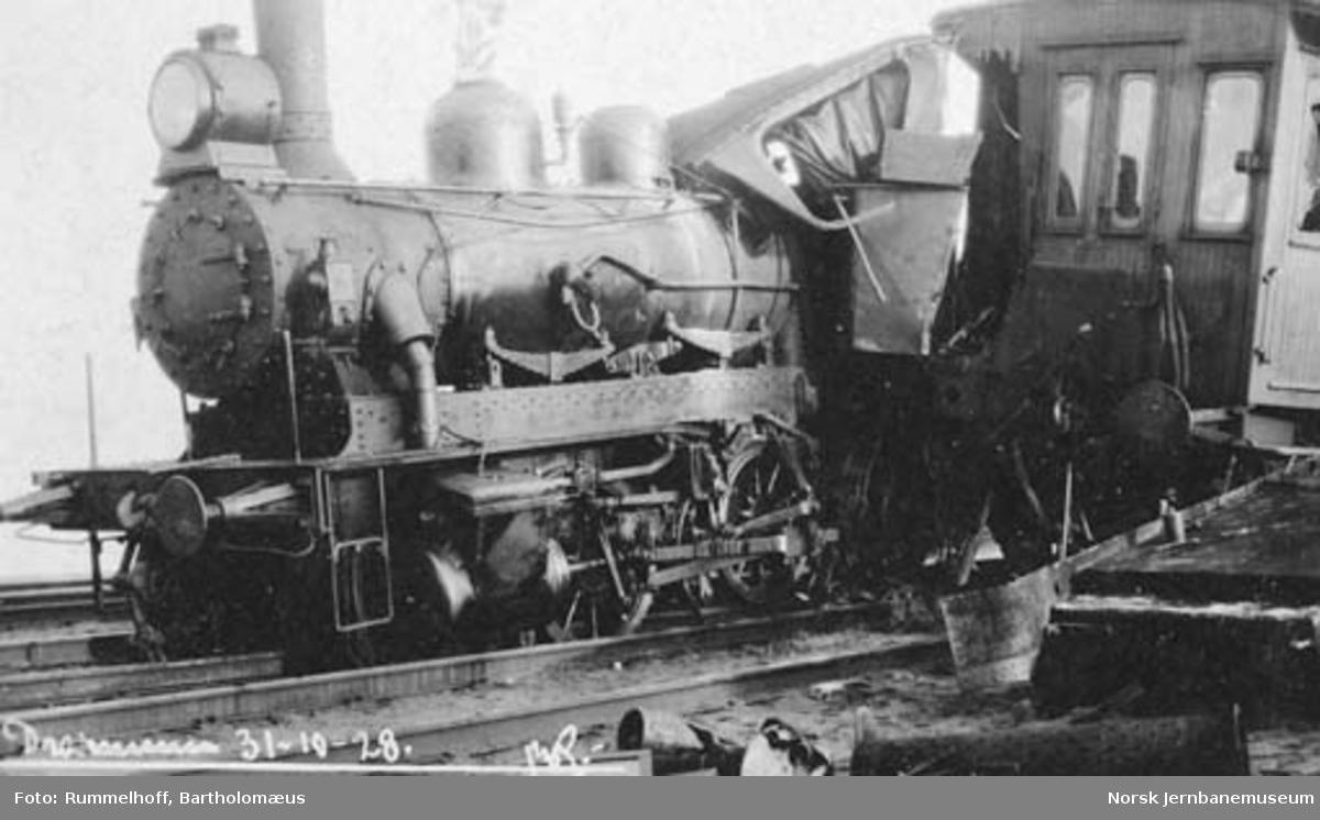 Skadet skiftelokomotiv type 25c nr. 383 etter kollisjon på Drammen stasjon ved skifting i tett tåke
