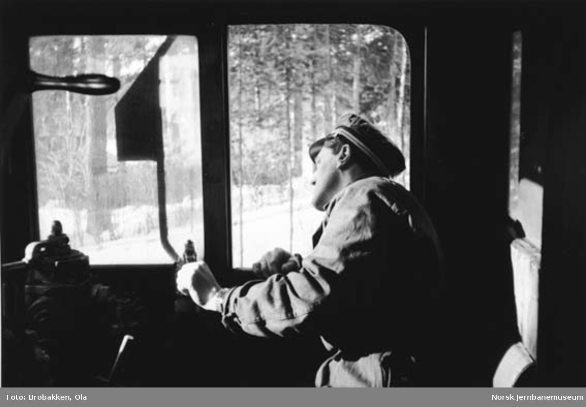 Lokomotivfører Alfred Øien på damplokomotiv
