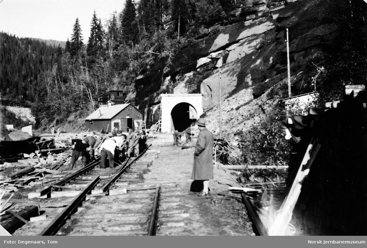 Ilhullia tunnel : skinnelegging, provisorisk sporveksel legges inn i sydenden