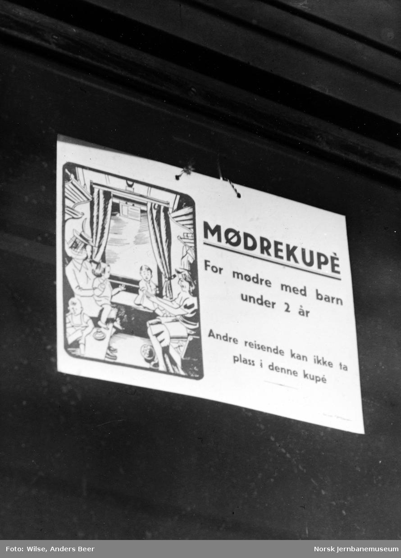 "Personvogn med skilt ""Mødrekupé"""