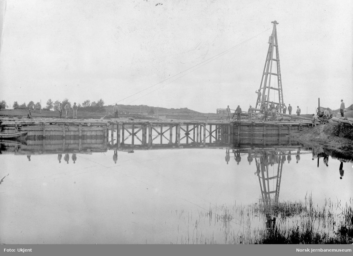 Bygging av bru over Levangerelva - pæling av nordre brukar