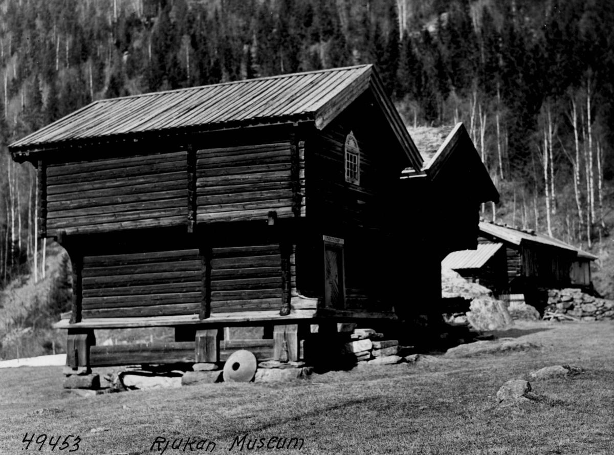 Bygninger stabbur på Rjukan Museum i Miland i Vestfjorddalen.