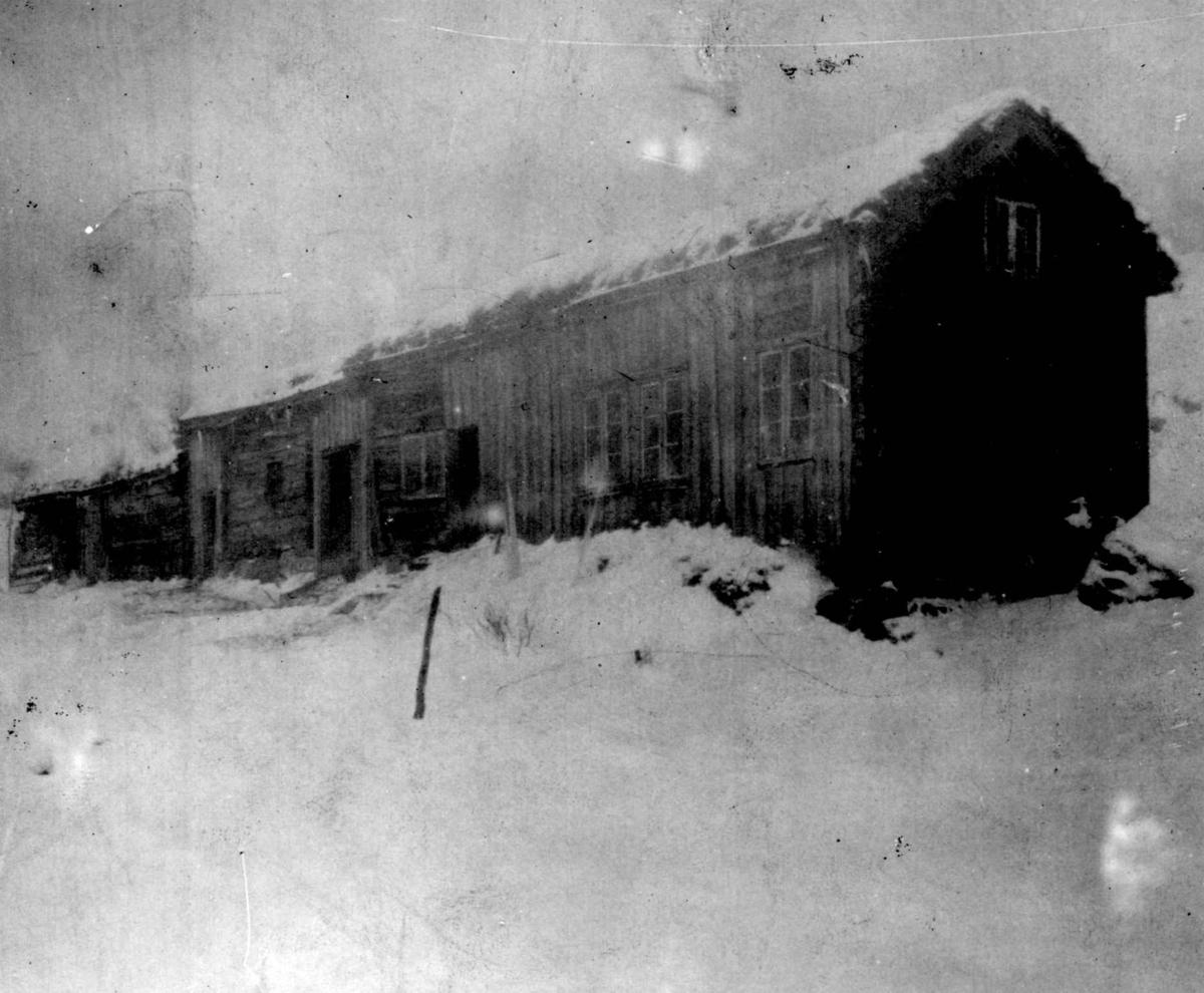 """Bildet viser gnr. 17 Skreå, bnr. 4, """"Kvæven"""", Sirdal, Vest-Agder. Gårdsbebyggelse i rekke."""