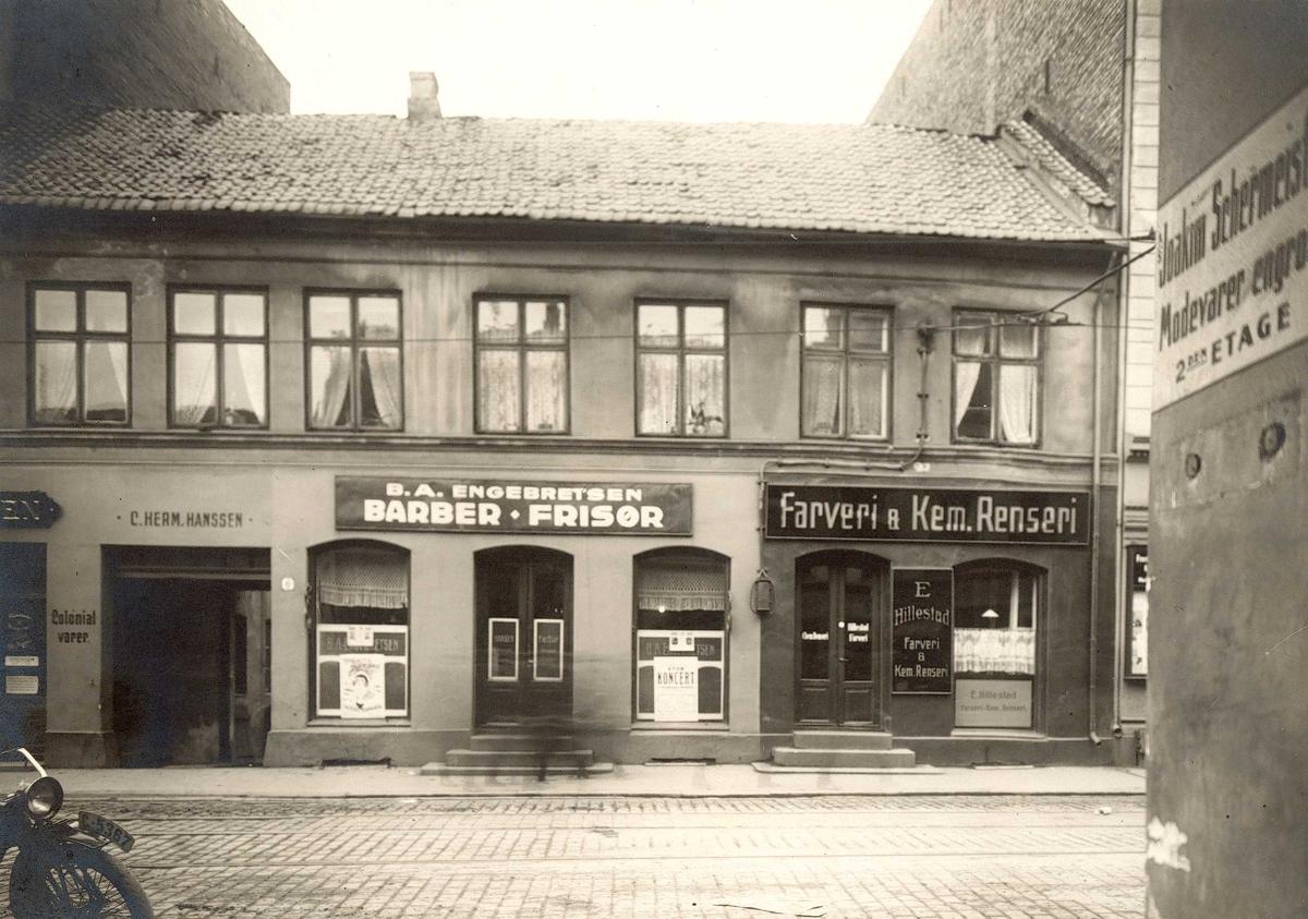 Brugata 6, Oslo. Bygning med frisør og renseri, sett fra gata.