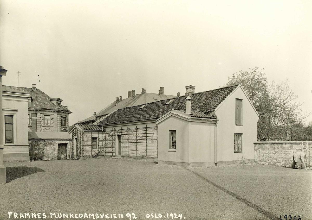 Gartnerboligen og gårdsplassen til Framnes,  Munkedamsveien 92. Oslo.