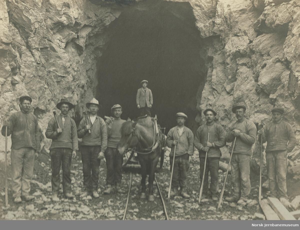 Arbeidslag ved tunnel på Raumabanen
