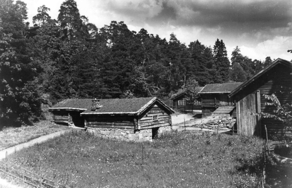 Østerdalstunet på Norsk folkemuseum, 1949. Fra venstre: Fjøs og løe fra Engan i Os, barfrøstue fra Gammelstu Trønnes i Stor-Elvdal, stall-løe fra Lille Ingelsrud i Åsnes og løe fra Kvislerbråten i Sør-Odal.