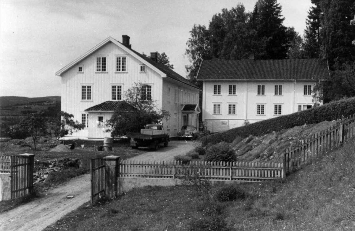 Berg, Ringsaker, Hedmark. Hovedbygningen og føderådsbygningen sett fra innkjørselen.. Fra dr. Eivind S. Engelstads storgårdsundersøkelser 1955